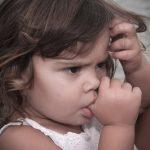 عادت مکیدن انگشت و خطرات آن برای دهان و دندان